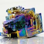 虹色に見える幾何模様の美しき結晶 ビスマス鉱石の結晶